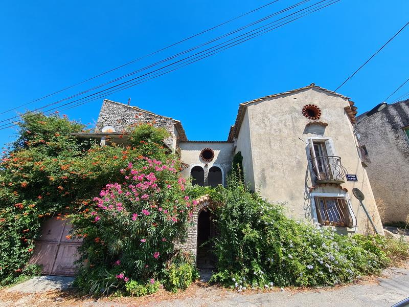 Maison de village à restaurer avec cour et garage