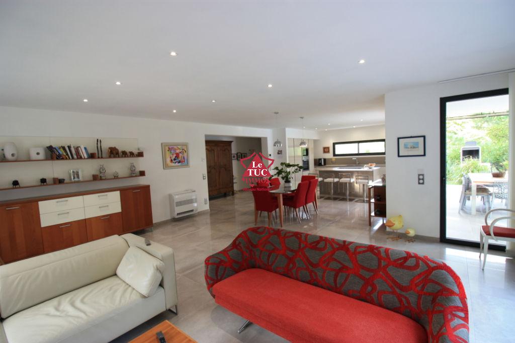 Villa neuve, 2 appartements. Piscine