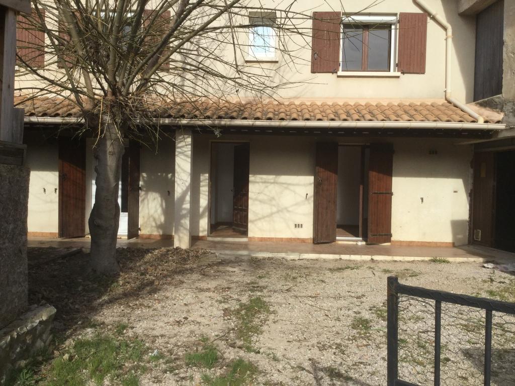 Maison de village en R + 1 de 96 m2 de type P4, avec cour et garage