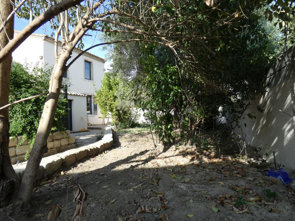 Maison de village de type 4/5 pièces, rénovée, de 130 m2 , terrain de 380 m2 avec piscine et garage double