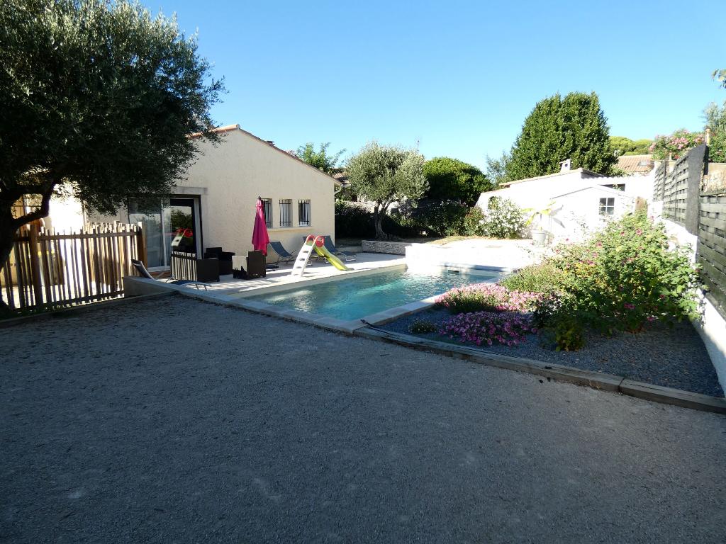 Villa de type 4 pièces, de plain pied de 118 m2 sur 1040 m2 de terrain arboré avec piscine