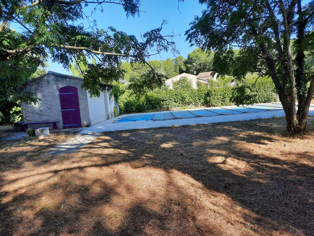 EXCLUSIF : Très beau terrain plat, de 783 m2 environ avec piscine et cuisine d'été, viabilités en bordure.