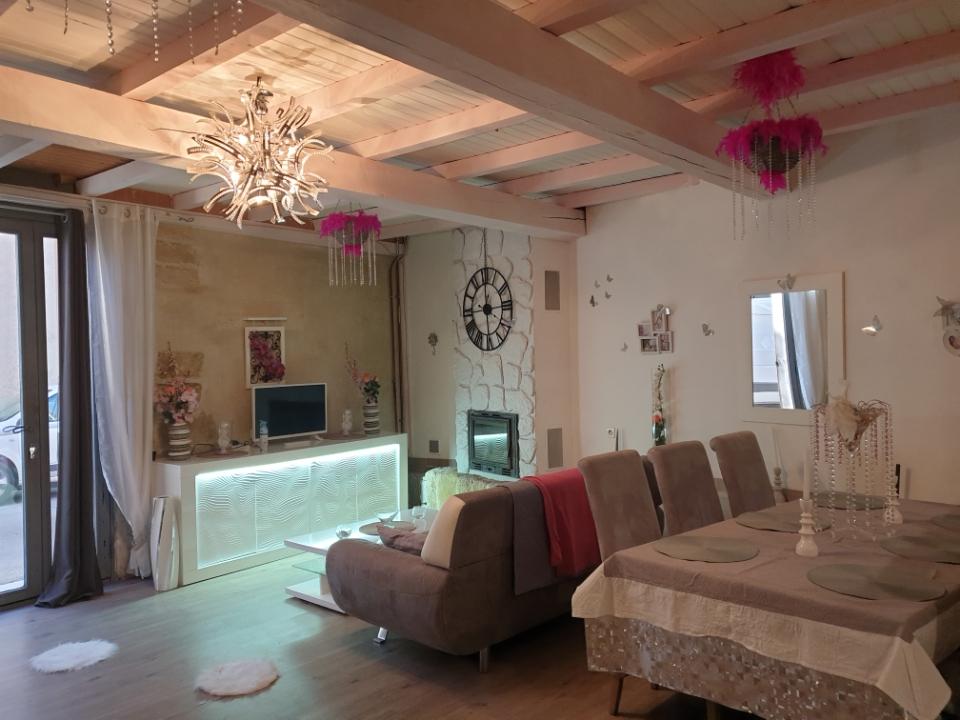 Appartement atypique de 90m2 entièrement refait ,de plein pied, en rez-de-chaussée .
