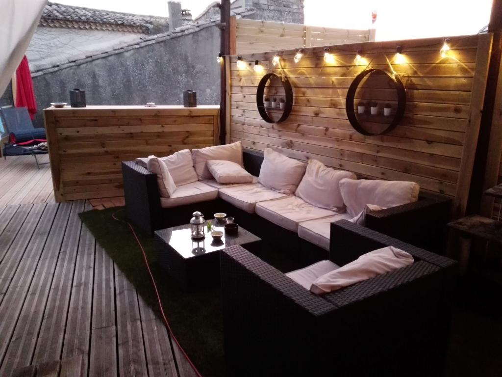 Maison de village rénovée, de 130 m2 , terrasse avec piscine, cour, garage et atelier