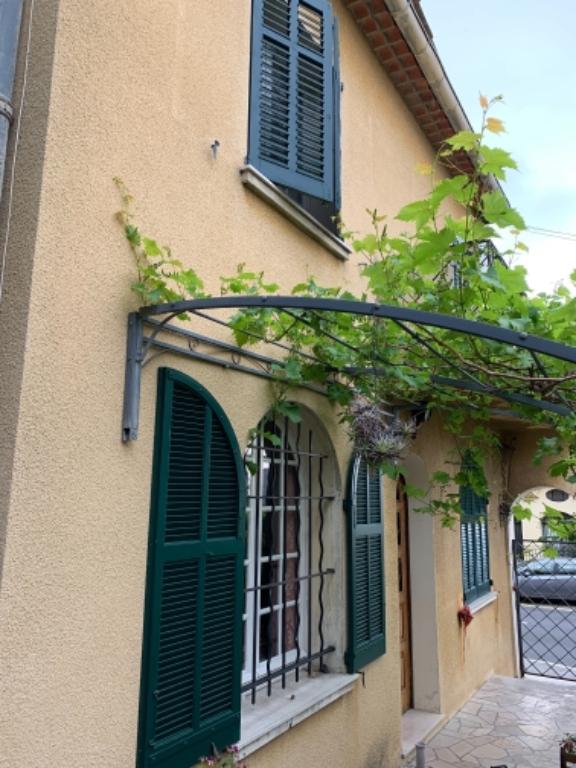 Grasse est central, villa individuelle avec jardin comprenant deux appartements