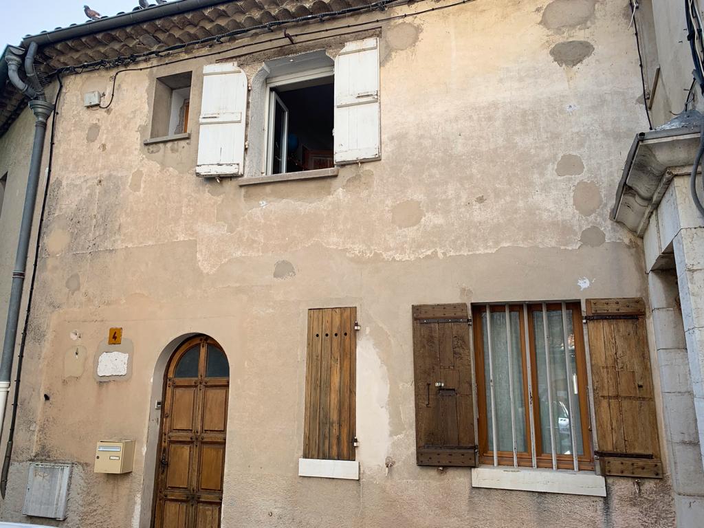 Maison de village trois pièces avec 2 balcons , parking facile.