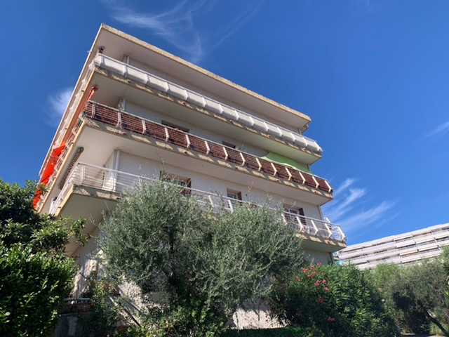 Vence, proche centre deux pièces dernier étage avec vue mer, bon état général