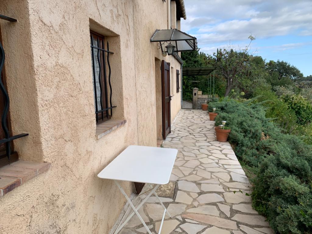 Un appartement deux pièces en rez-de-jardin de villa avec vue mer et extérieur