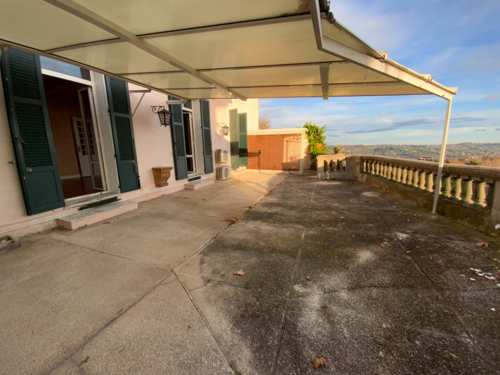 Grasse proche centre, 4/5p Rez-de-jardin dans maison bourgeoise avec grande terrasse, jardinet et garage