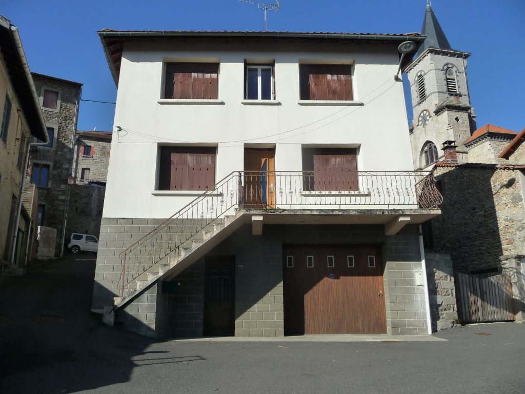 CHALMAZEL maison de village idéale artisan, deux appartements.