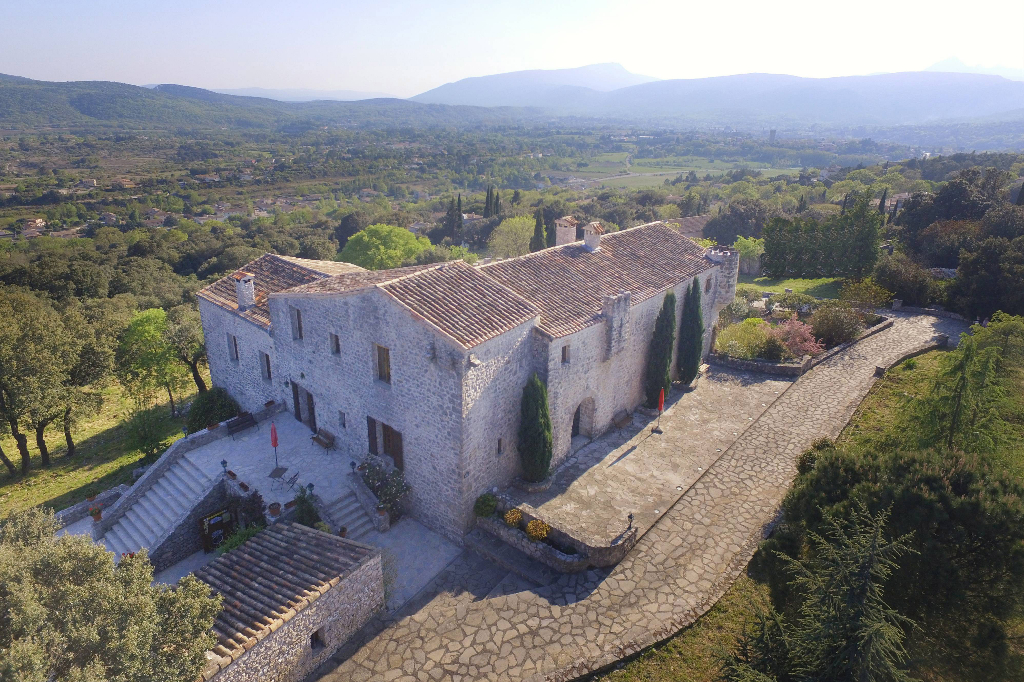 Mas Restauré du XI° et XII° siècle sur 30 ha boisés