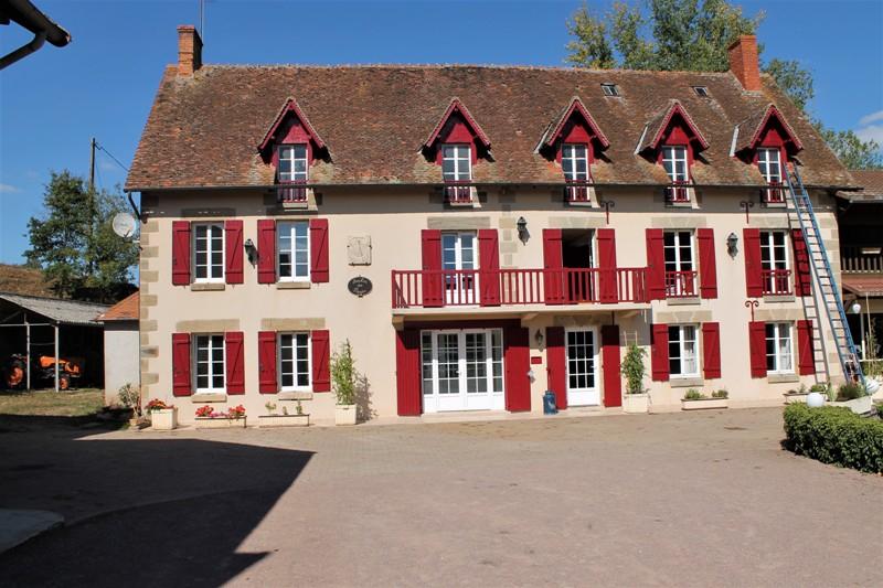 Nord Allier - Domaine d'un ancien moulin, habitation principal avec 4 appartements indépendant, un atelier et des écuries, un beau parc et 13 ha de prairie.