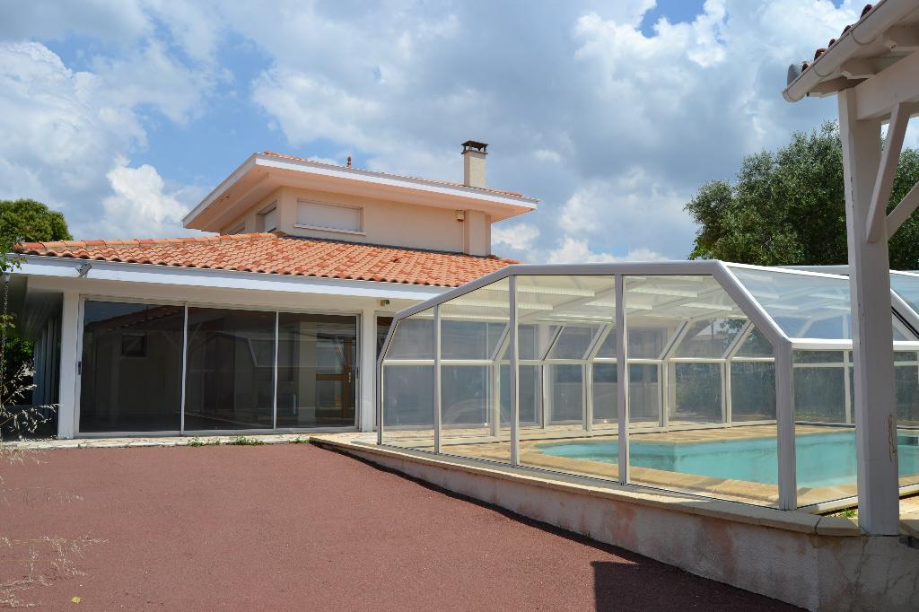 Maison à Saint Savinien (17) avec piscine intérieure