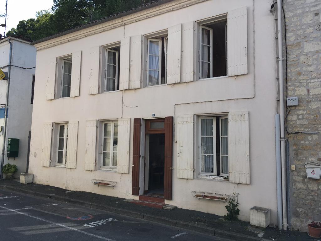 Maison  de bourg à Taillebourg (17)