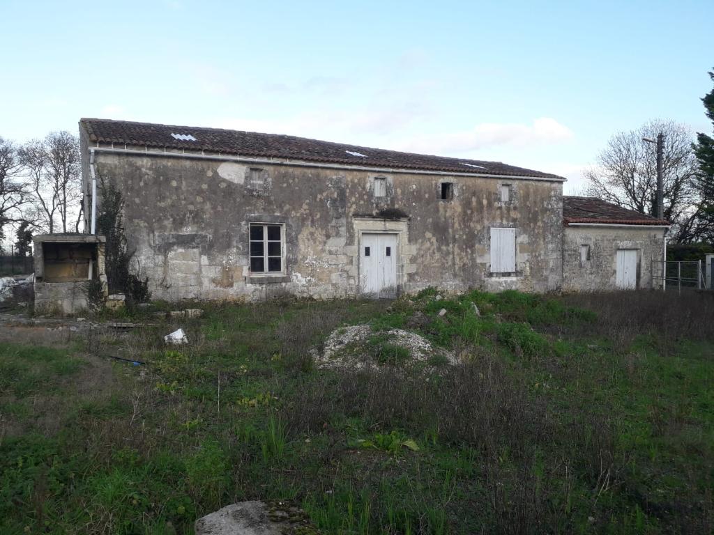 Maison charentaise à rénover à Port d'Envaux (17)