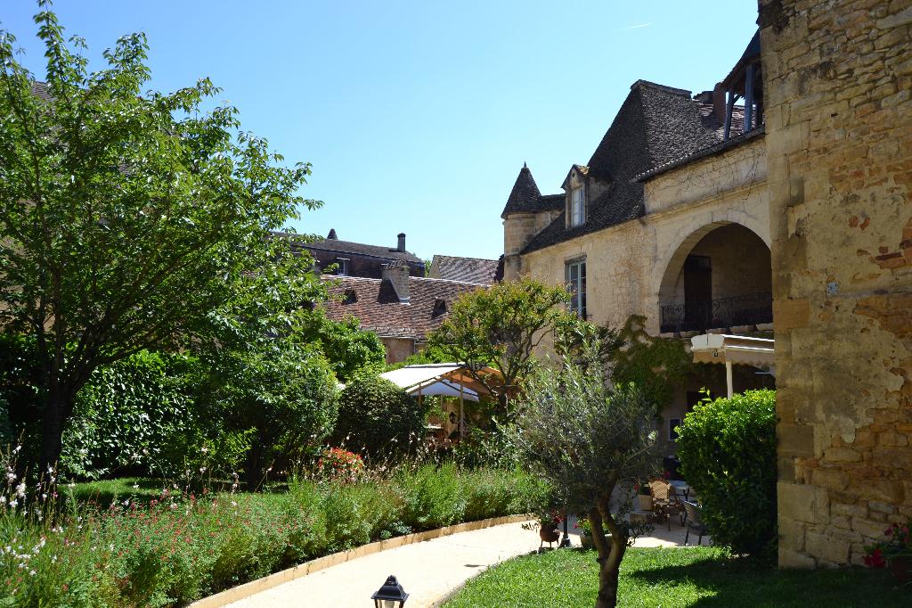 Très bel immeuble avec activité de restauration au coeur de la Dordogne (24)
