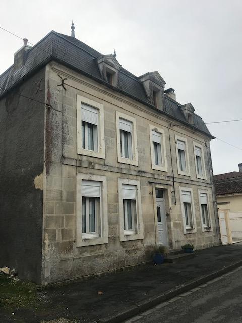 Maison de Maître dans un bourg à 12 km de Saintes (17)