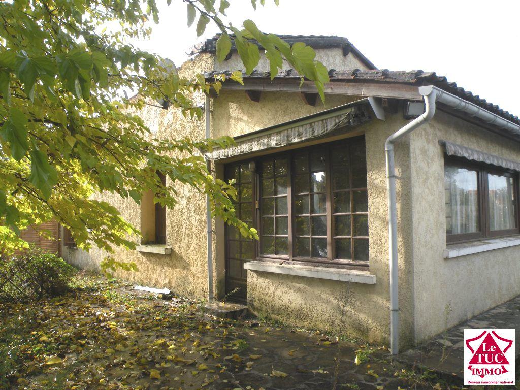 REIGNAC Terrain 4940 m² avec maison à restaurer et dépendances