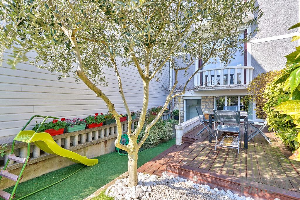 ISSY - Maison rénovée en 2013 - de 5 pièces/3-4 chambres, 115 m2 au sol  avec jardin de 140 m2, située dans une impasse privée très calme.