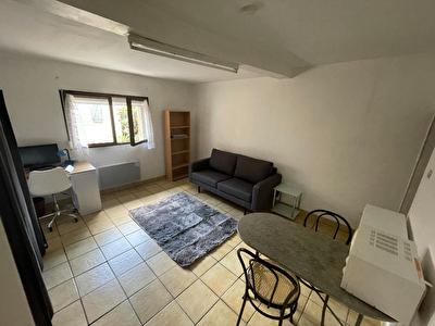 A louer studio meuble au 1er etage - CARCASSONNE  - proche centre ville.