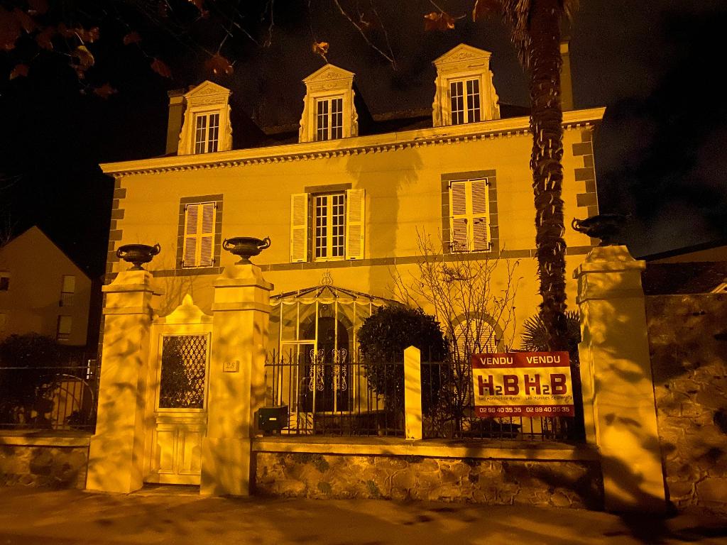 A vendre Villa composée de huit chambres  à St-Malo, proche commerces, écoles et plages